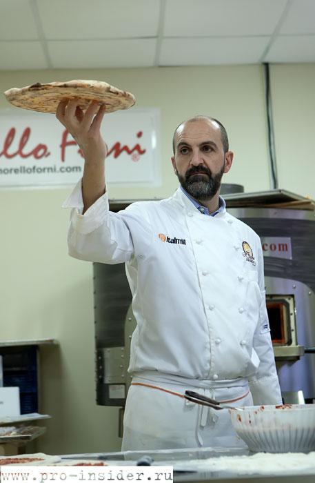 Процесс приготовления римской пиццы Scrocchiarella
